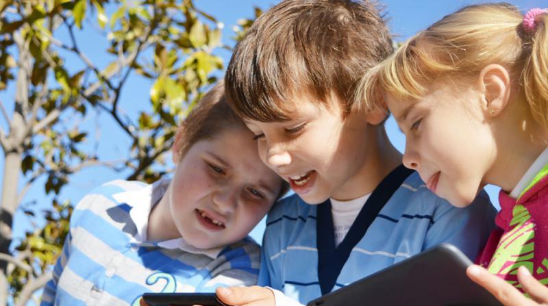 skattjakt med mobil för barn